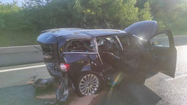 Na dálnici D7 se srazila dvě osobní auta.