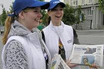 Kladenský deník dnes vyrazil do ulic v rukou mladých chlapců a dívek, kteří ho kolemjdoucím rozdávali a zároveň zjišťovali, jak dalece ho Kladeňáci znají.