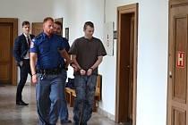 Miroslav Láznička ze Slaného před vstupem do soudní síně