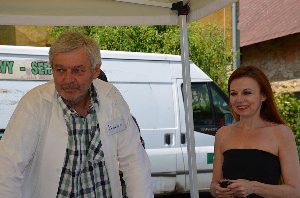 Ve videoklipu si zahrál hostinského i starosta Mšece Jiří Loskot.