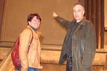 BÝVALÝ STAROSTA TJ SOKOL KLADNO Martin Příhoda a jednatelka organizace Markéta Tůmová před odkrytým portálem v hlavním sále bývalého kina.