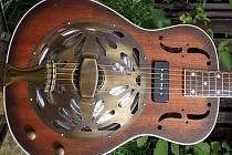 Rezofonická kytara.