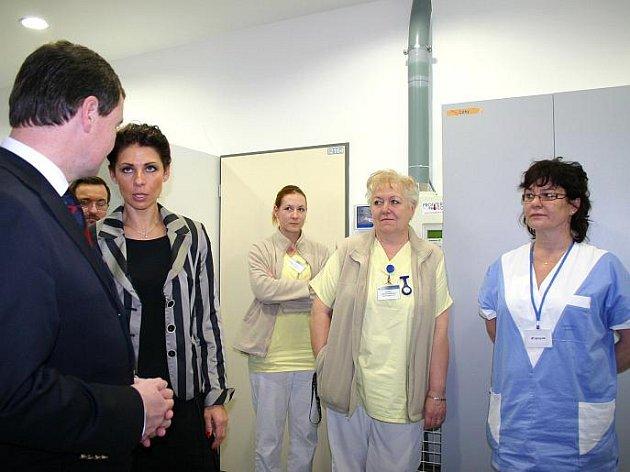 Situace na kladenské neurologii v nově otevřeném centru akutní medicíny je stále neutěšená. Oddělení drží prakticky nad vodou jen sestry a pár lékařů. Následující dny by měly přinést už konečně změnu k lepšímu.