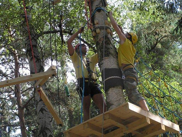 Adrenalinový zážitek v korunách stromů by si Kladeňáci mohli dopřát již o Dny města Kladna.