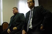 Bývalý kladenský primátor Milan Volf (vpravo) a někdejší jednatel SAMK Václav Přibyl opět usedli na lavici obžalovaných v Kladně.