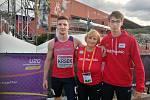 Daniel Lehar (vpravo) s Matějem Krskem a trenérkou Hanou Větrovcovou na juniorském ME ve švédském Boras, kde loni pomohli čtvrtkařské štafetě ke stříbru