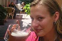 OSVĚŽÍ NEJLÉPE. Dodržovat pitný režim je v horku nutností. Dobře to ví i Lucie Zázvorková.
