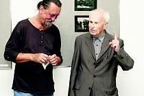 GALERISTA JIŘÍ HANKE v rozhovoru s Petrem Helbichem při zahájení výstavy.