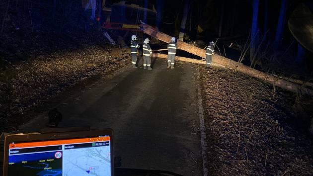 Od včerejší 22. hodiny středočeští hasiči evidují stovky případů. Převažují popadané stromy na pozemní komunikace, zasahovali také u poničené střechy.
