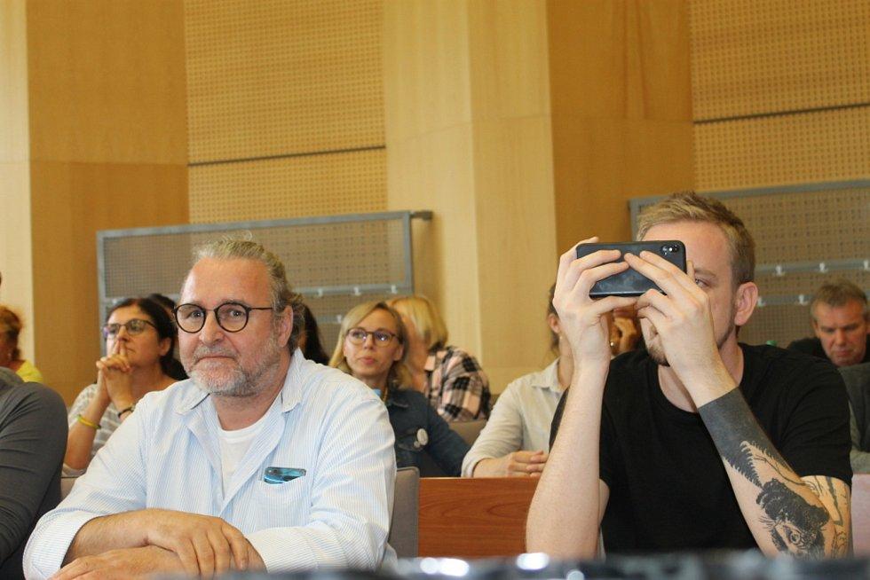 Vlevo na snímku v brýlích odvolaný jednatel a herec Jan Kravka