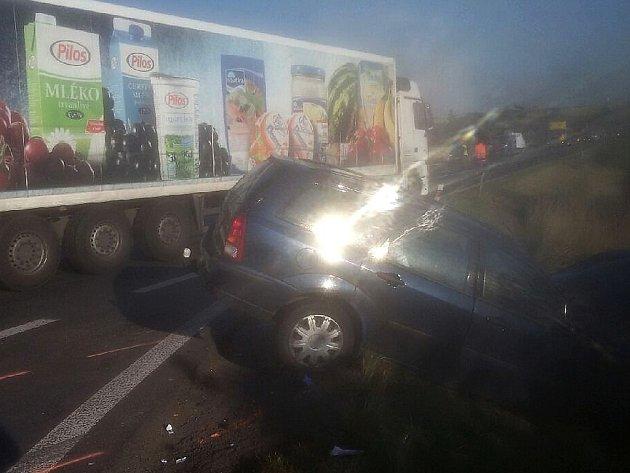 """Ranní nehoda ve Smečenské ulici ve Slaném """"Na Čubě"""""""