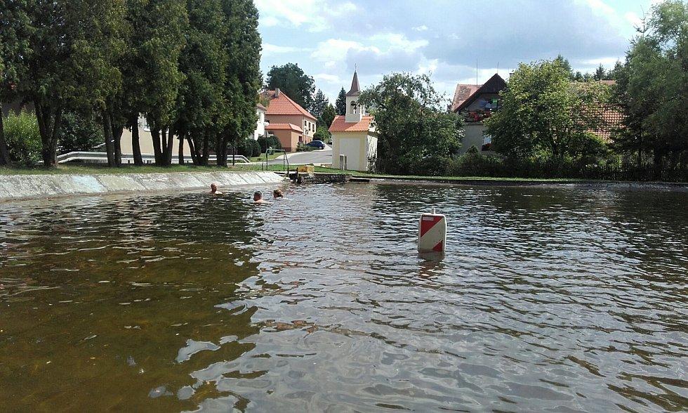 Koupaliště na Kladensku a Slánsku jsou v obležení.