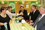 Korunovační ples Sokola Hostouň, asistenti Bystřický a Vacovský gratulují trenérovi roku - je jím vpravo Martin Čurda.