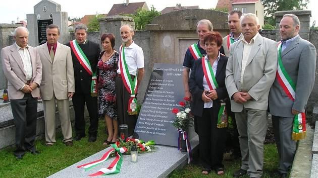 Kromě předání knihy se uskutečnilo také odhalení pomníku čtrnácti Italům, kteří v Doksech zemřeli.