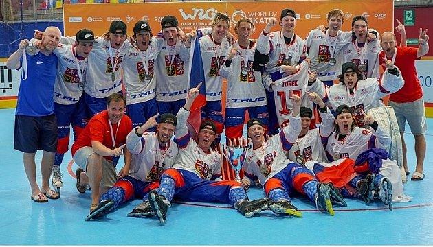 Petr Hašek (nahoře třetí zprava) slaví se spoluhráči světové zlato.