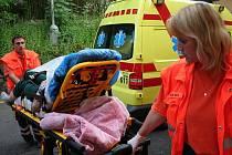 Záchranáři se pacienta nejprve pokusí zchladit a poté ho vždy odvezou na vyšetření do nemocnice.