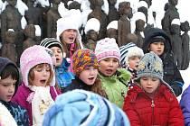 Pro obnovu sousoší lidických dětí zpívaly i buštěhradské děti.