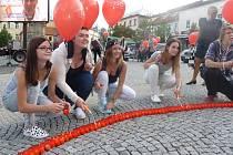 Účastníci zapálili na náměstí Starosty Pavla svíčky a vydali se na pochod na náměstí Svobody, kde k nebi vypustili balónky.