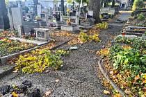 Poškozené hroby na slánských hřbitovech po vichru 21. října 2021.