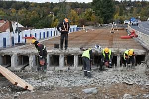 Práce na opravě mostu v Kladně se opožďují.