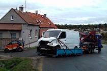 V Kladně se srazil náklaďák s dodávkou, jeden řidič byl zraněn.