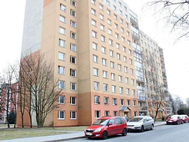 Dívenka vyskočila ze sedmého patra paneláku ve Vašíčkově ulici