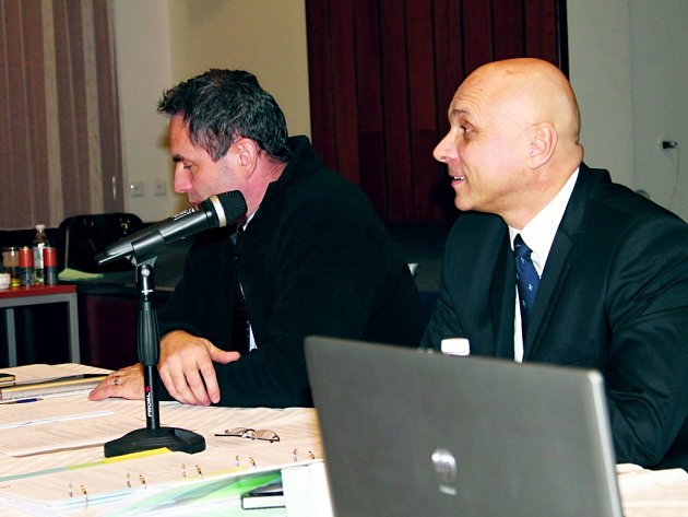 ČTVRTÉ ŘÁDNÉ jednání slánského zastupitelstva bylo opět náročné, tentokrát  desetihodinové. Zprava: starosta Pavel Zálom (ČSSD), vedle místostarosta Pavel Zlámal (ANO).