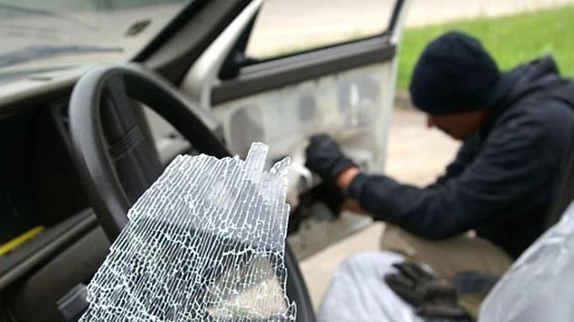 PŘI VLOUPÁNÍ  nezpůsobí zloděj škodu pouze odcizením věcí, ale  většinou i škodu násilným vniknutím do vozidla.
