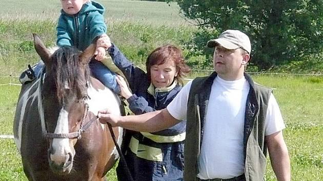 Odvahu posadit se na široký koňský hřbet v sobě našli i ti nejmenší.