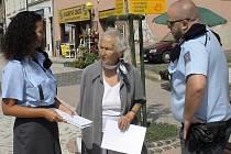 V tiskovině se snaží policisté seniory varovat zejména před falešnými domovními prodejci.  Podvodníci už letos na Kladensku okradli důchodce o zhruba 150 tisíc korun.