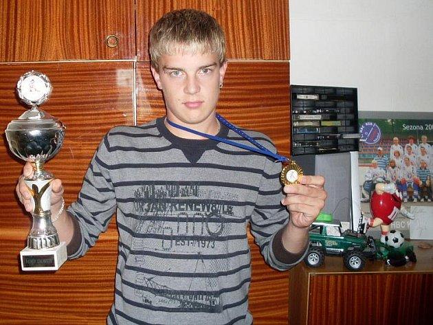 Hokejbalista Radek Šíma s medailí a pohárem pro vítěze kanadského bodování.