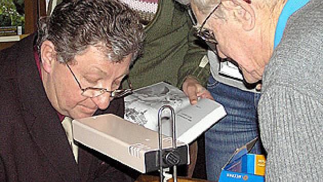 Jaroslav Vykouk svoji knihu ochotně podepisoval.