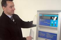 DAVID HOMER, zástupce ředitele Oblastní nemocnice Kladno, představuje jeden z automatů, jejichž prostřednictvím bude možné od Nového roku platit ve zdravotnickém zařízení stanovené poplatky.
