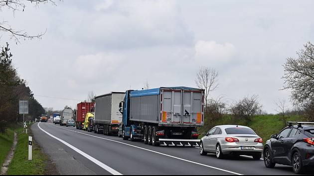 Na rychlostní silnici u Slaného si postojíte v kolonách a stejně tak ve městě, kde probíhají rovněž opravy komunikací.