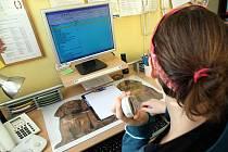 Na telefonní linku důvěry volají lidé, kteří se dostali do životních problémů a potřebují poradit, nebo se svěřit.