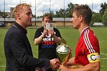 Nejpopulárnější fotbalista Kladenska  Martin Svoboda (Sokol Klobuky) přebírá pohár pro okresního přeborníka od šéfa OFS Petra Blažeje