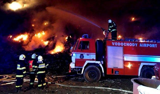 Noční požár skládky v Uhách likvidovali hasiči déle než tři hodiny.