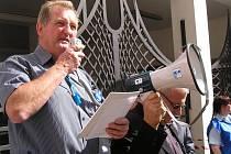 Předseda Odborové rady Poldi Richard Mosr při zářijové hodinové stávce zaměstnanců hutí.