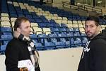 Pojď hrát hokej v Kladně, akce Rytířů pro nejmenší adepty hokeje se zúčastnily i kladenské hvězdy minulosti i současnosti. Na snímku bývalý brankář Milan Hnilička (vlevo) s trenérem brankářů Radkem Jirátkem.