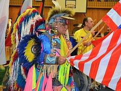 Severoameričtí indiáni zaplavili po roce sportovní halu zpěvem a tancem