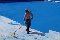 Příprava bazénů slánské plovárny na letní sezónu.