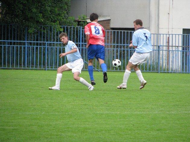 Stoper Pavel Čablík brání útok Nelahozevsi.
