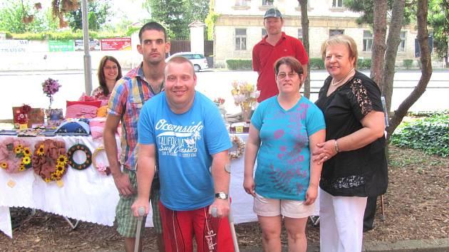Ředitelka Nadačního fondu Slunce pro všechny Blanka Dvořáková s handicapovanými klienty Centra služeb Slunce všem