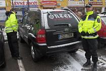 Strážníci kontrolují také parkoviště v okolí supermarketů.