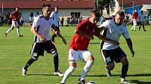 První kolo krajského přeboru: Tuchlovice (v červeném) - Hřebeč 1:0. Domácí Žahour se z téhle situace dostal a po jeho centru dal Brnovják rozhodující branku.