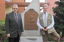 Vnuk Antonína Čermáka - Anton Cermak Kerner (vpravo) - si v Kladně prohlédl pomník svého dědy stojící v ulici Československé armády. Na snímku s ředitelem muzea Zdeňkem Kuchyňkou.
