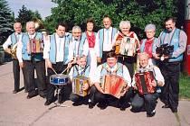 Kapela Kladenská heligonka ještě s prvním kapelníkem panem Bartošem.