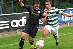 Lhota (v zelenobílém) v prvním duelu sezony nestačila doma na SK Rakovník a podlehla mu vysoko 0:3. Michal Sterzl kryje Červeného.