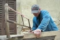 Zvonici u sv. Jana opravují tesaři. Je ale zapotřebí, aby někdo konečně financoval hlavně opravu zdi.