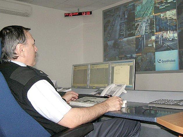V operačním středisku kamerového systému dohlížejí  na bezpečnost lidí v Kladně 24 hodin denně čtyři strážníci.